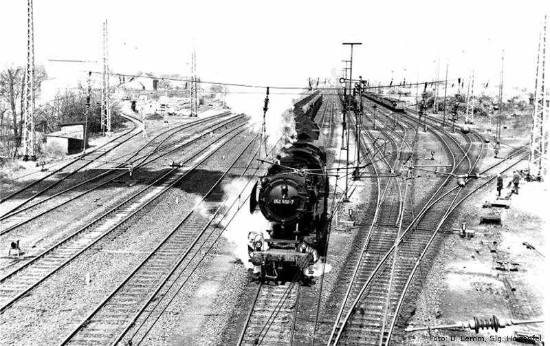 Eine Dampflok der Baureihe 052 verlässt Rheinkamp mit einem langen Kohlenzug.