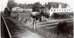 Blick auf das Bahnhofsgebäude Menzelen-West von oben