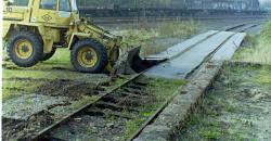 Ein Radlader reißt das Gleis an der Kopframpe heraus