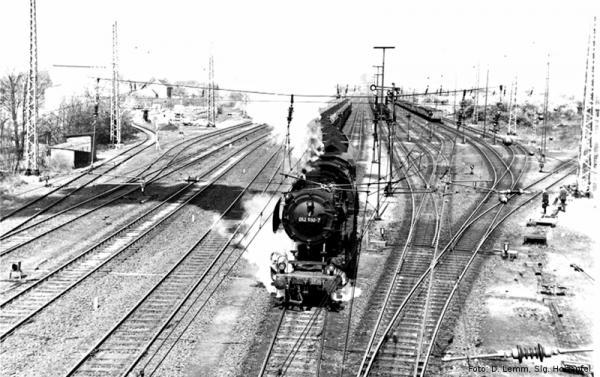 052 590 fährt mit Kohlenzug aus Rheinkamp aus.