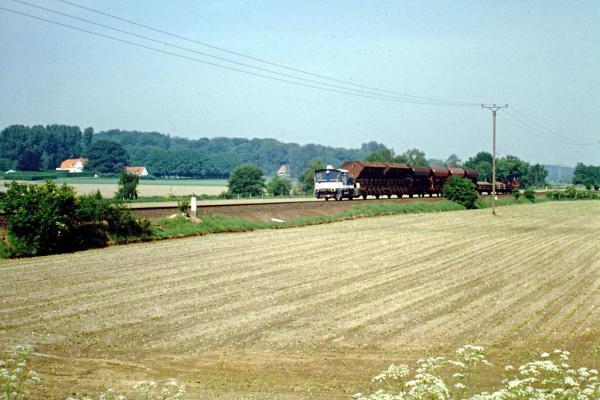 Zwei Kleinloks mit (Bau-) Güterzug bei Birten