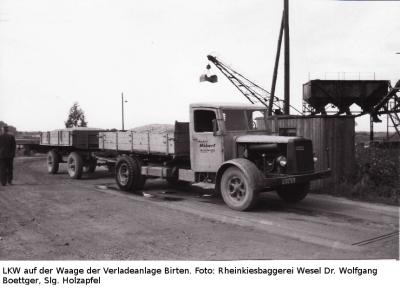 Ein LKW-Gespann auf der Waage der Kiesgesellschaft Wesel/Rheinkies-Baggerei Wesel, Verladestelle Birten